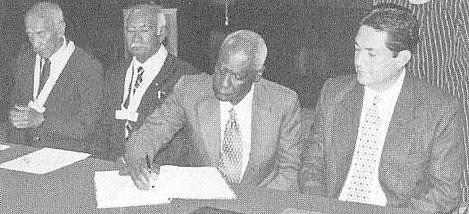 Alfonso Cruz Muñoz (+), natación; Mateo Flores y Roy Fearon y Fearon, atletismo y Eddy Mnera, Ministro de Cultura y Deportes (Foto de archivo, 21 de junio de 1999)