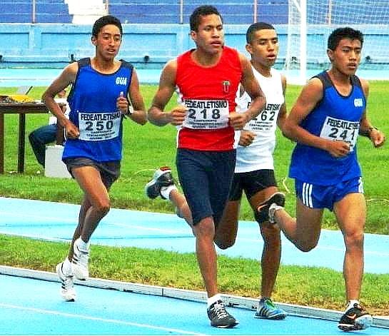 5,000 metros planos: Edwin Haroldo Pirir Subuyuj  (241), de Guatemala, 15:17:9 –NRCA-, oro; Georman Antonio Rivas Ruiz (218), de Costa Rica, 15:30:6, plata; Walter Domingo Yac Colop (250), de Guatemala, 15:47:0, bronce y Jorge Alberto Viera Batista (262), de Panamá, 16:45:5, 4º  lugar, categoría Juvenil A (Foto: CACAC Athletics 26/05/2012)