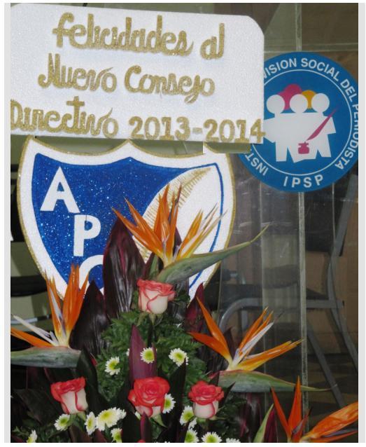 Felicitación y arreglo floral de la Asociación de Periodistas de Guatemala, APG, que cambia su Junta Directiva el 15 de enero de 2013 (Foto, por BCTM).