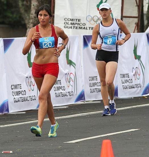 Kimberly García León (120), Perú, oro en 20 km con 1h 35:01; al fondo,  Glenda Ubeda Blandón (117), Nicaragua (Foto: COGuatemalteco).