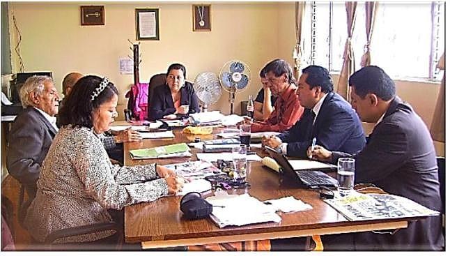 Lucía Dubón (al fondo), presidenta  del Consejo Directivo reunido en pleno al recibir la visita de  cortesía del presidente del Colegio de Abogados y Notarios de Guatemala, Luis Reyes García y  del periodista Pedro Pop Barilas (Foto, por jtp- 31/05/013-12:45 UTC -6).