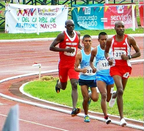 5,000 metros planos, donde se observa al guatemalteco Alfredo Arévalo (393) segundo desde la izquierda, bronce, con 15.22:23; Denzil Ramírez (377), Trinidad & Tobago, que encabeza el grupo, quedó en lugar 5; el guatemalteco Jeremías Saloj (138) 4 y Eliot Mason al fondo, T &T, 6. La prueba la ganó Juan Luis Barrios, México, 14:08:19 y plata la obtuvo Fabián Guerrero, México, 14:48:94 (Foto, sitio oficial)