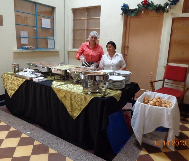 Geydi de León, izquierda y Carmen Palacios, del personal de Banquetes Jireh (jtp),