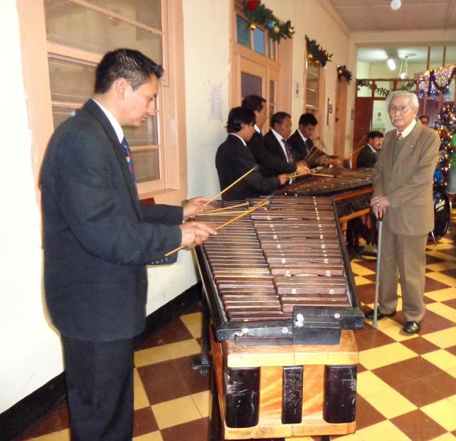 Los maetros interpretando en la marimba de la Municipalidad de Guatemala  y J: Antonio García Urrea, afilido 52, varón de mayor edad en el IPSP, por cumplir 93 años el próximo jueves 19 de diciembre (jtp).