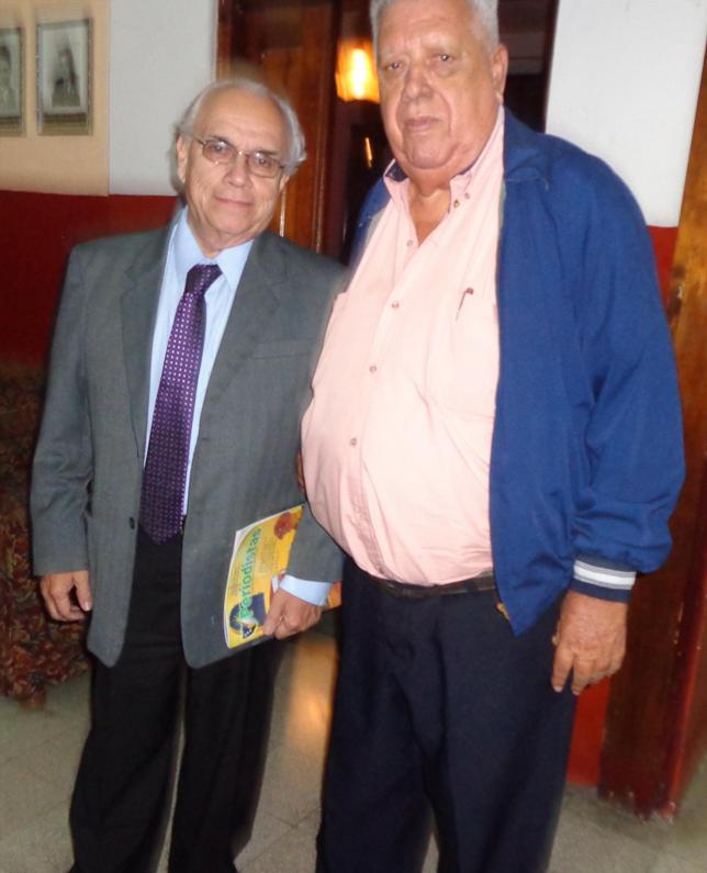 Tras cumplir con depositar sus votos, a la izquierda, Mario Antonio Sandoval Samayoa, presidente de la APG en 1986 y  1990 y José Miguel Álvarez Cruz, presidente 2013 (Foto, por Julio Trejo PIneda)..