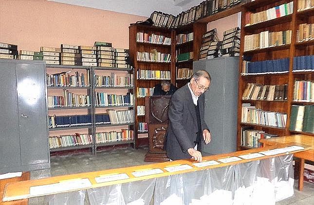 El área de la biblioteca Francisco Méndez, domde se observa a Victoriano .Díaz, apegista 363, drepositar su voto  el pasado 10 de diciembre (jtp).
