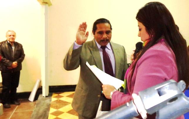 Francisco Leonel Sión Ramírez juramentado por la presidenta del IPSP, Lucía Dubón,. Al fondo, el periodista Miguel Ángel Méndez Zetina  25/01/2014(jtp).