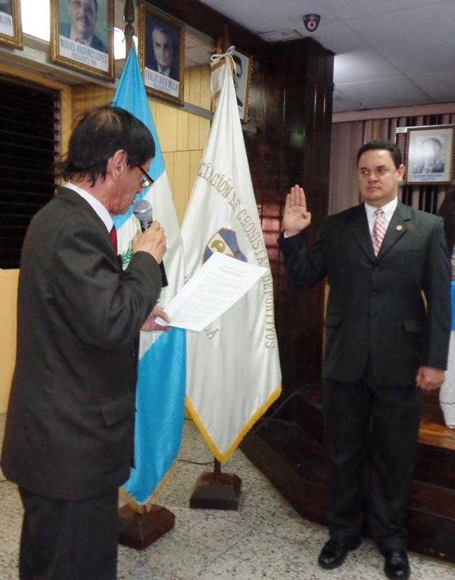Érick Álvarez Penados presta el jurameno como presidente de la ACD, eueido po Hugo RlandoLópez, presidente de la APG  (Foto, por Ju,lio Trejo Pineda 31/01/*2014).