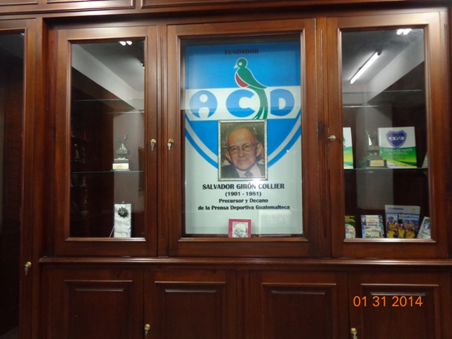 La fotografía del recordado periodista, Salvador Girón Collier, en la biblioteca que lleva su nombre, ubicada en el tercer nivel del edificio de Asociación de Cronistas Deportivos, homenaje al impulsor del grupo de cronistas del deporte que con su orientación fundaron la ACD el 21 de marzo de 1949 (Foto, por Julio Trejo Pineda).