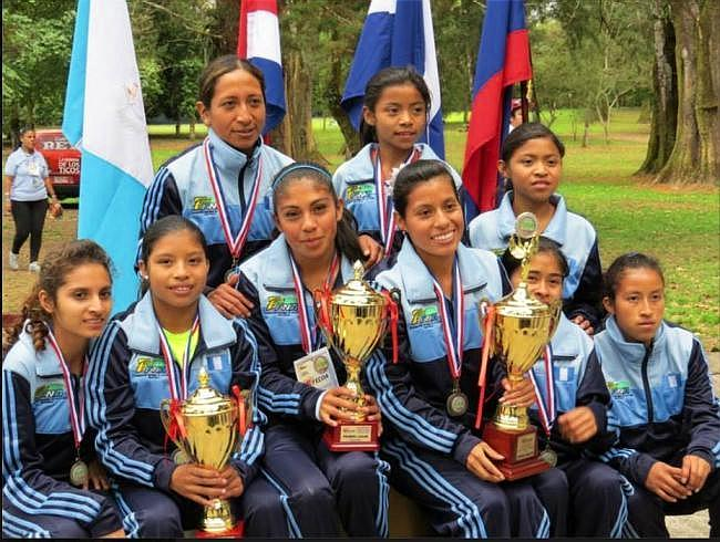 Las nueve seleccionadas de Guatemala, en campo traviesa, en San José, Costa Rica (Foto, atletismocadica- 08/02/2014).