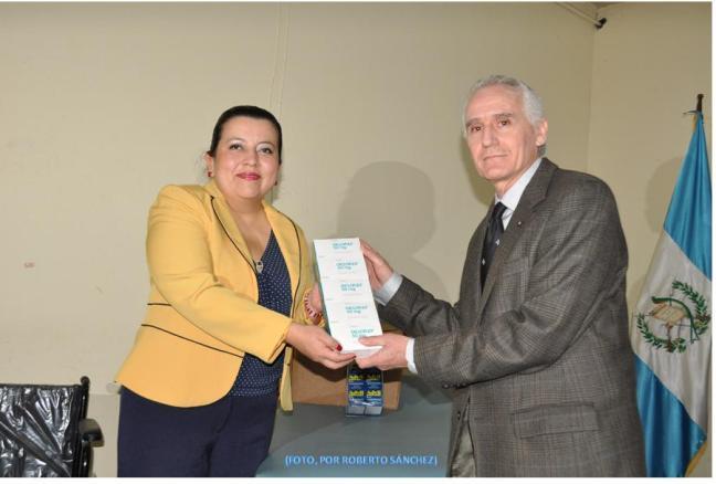 Enrique Hegel, director de la Soberana Orden de Malta en Guatemala, entrega lote de medicamentos a Lucía DuBón, presidenta del Consejo Diretivo del IPSP. (Foto, por Roberto Sánchez -07/03/2014) (IPSP).