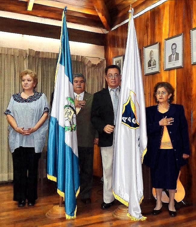 De izquierda a derecha, Heidy Sandoval Ruiz, portadora del Pabellón Nacional de Guatemala, escoltada por Israel Tobar Alvarado; Jorge Roldán Pinto, portador del pabellón de la APG, escoltado por Amada de Nicolle, presidenta de la ASP (jtp).