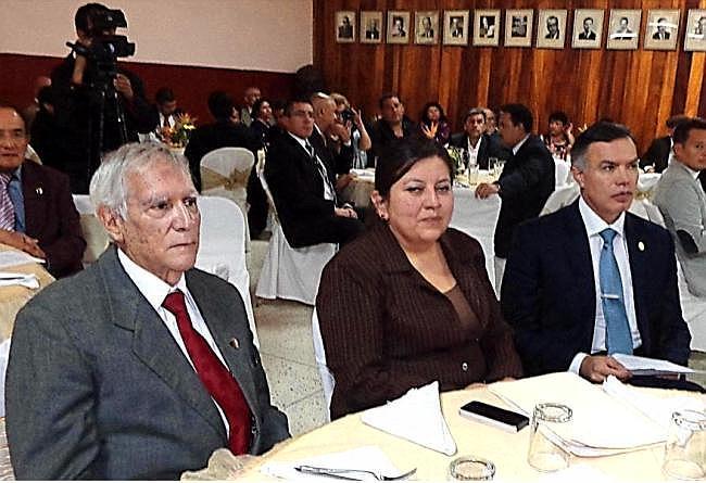 Lucía Dubón López, presidenta del Instituto de Previsión social del Periodista; izquierda, Salvador Bonini, vocal II del IPSP y derecha, Juan de Dios De la Cruz Rodríguez López, presidente de la Junta Directiva del Instituto Guatemalteco de Seguridad Social, IGSS (jtp -10042014).