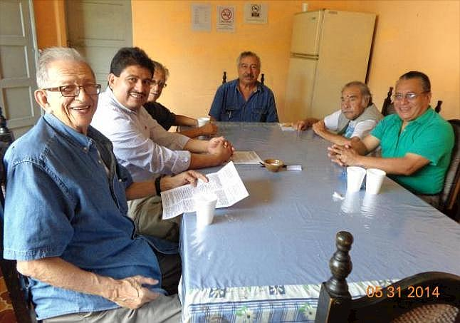 De izquierda a derecha: Eduardo Bolaños, Rogelio A. Hernández Reyes, Rolando Sanchinelli, Sergio Reyes Mazariegos, Víctor Hugo De León Mollinedo y Pedro Yax García, en el área de la cafetería del IPSP (Foto, por jtp).