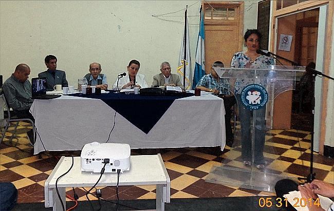 Mónica Lamadrid, asesora jurídica del IPSP, explica sobre el caso del afiliado suspendido, Ricardo Castro Barillas180, con igreso el 08 de abril de 1997 (Foto, por Julio Trejo Pineda. Pineda