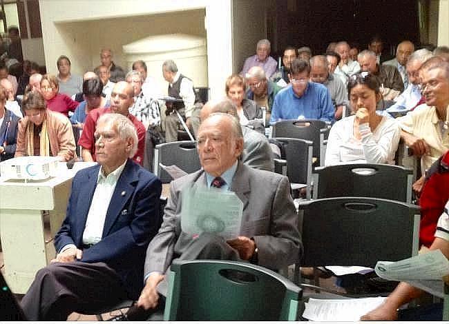 Adelante, de izquierda a derecha, Salvador Bonini y Luis Morales Chúa en una vista parcial de los afiliados asistentes a la Asamblea general ordinaria  (Foto, por jtp 25/10/2014).