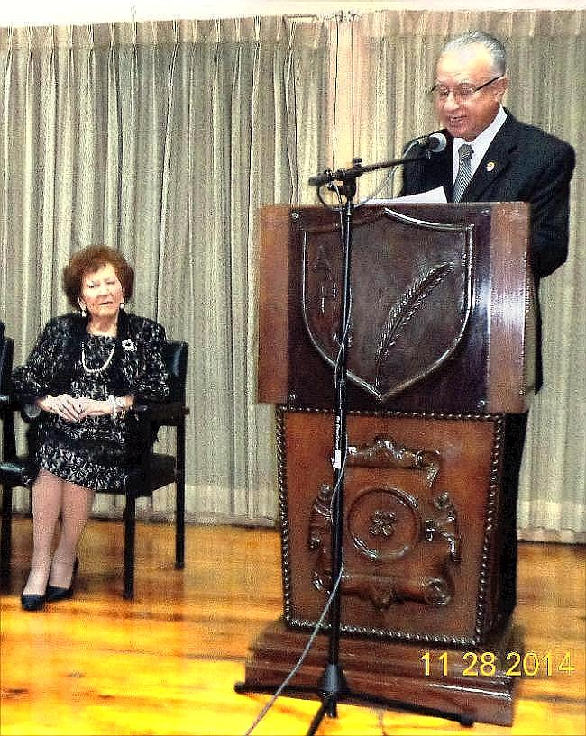 La escritora y periodista Consuelo Sánchez-Latour y Leonel Estrtada Furlán que lee el historial de vida de la homenajeada (Foto, por Julio Trejo Pineda).