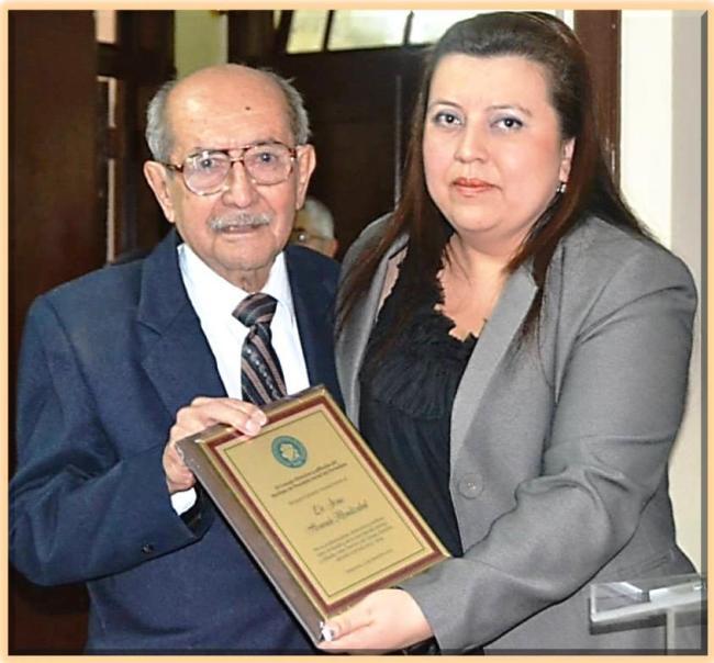 Jsús Alvarado Mendizábal-homenaje-plaqueta -entrega Lucía Dubó- IPSPnv