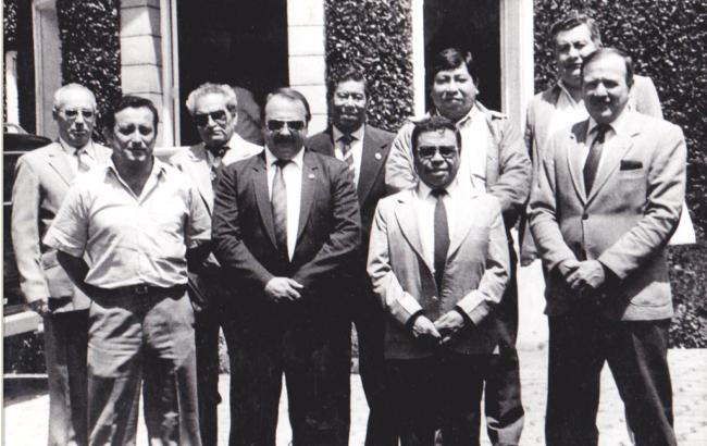 Mario Váquez Raña con directivos  y afiliados de la ACD -1984 .