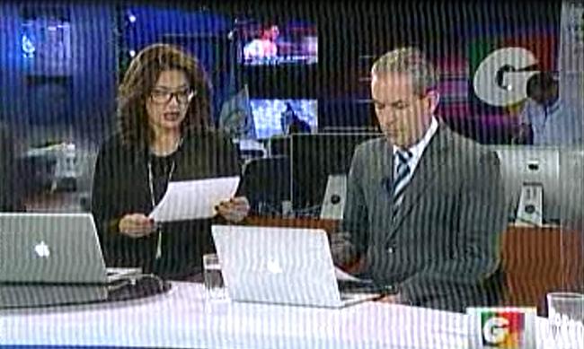 María Luisa Gómez lee la carta de renuncia; a la derecha Emilio Gracias (Guatevisión) (Jtp).,