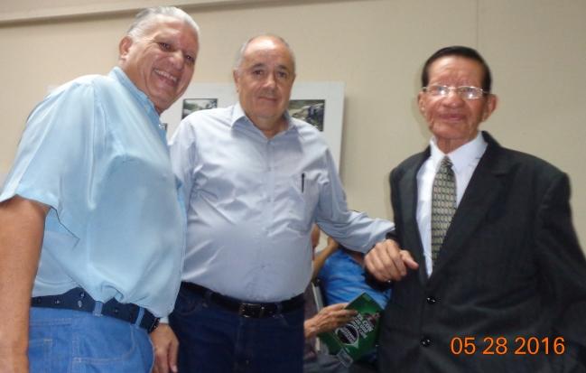Figueroa Vaiiente -derecha- con los periodistas Rafael Mejía, centro, y Raúl Meoño Rodríguez (Foto, por Julio Trejo Pineda)