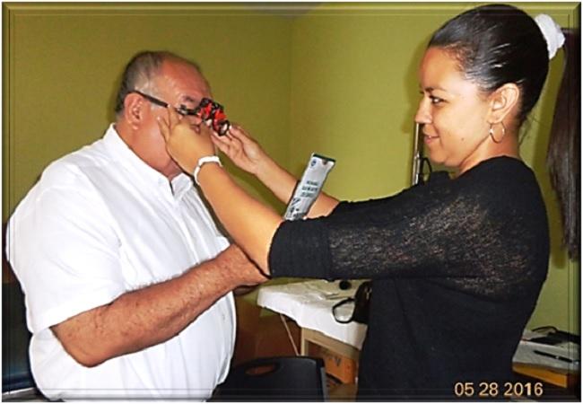 La optómetra Silvia Bolaños ajusta lentes ante el examen que hace al afiliado (253) Jorge Mazariegos De León (jtp).