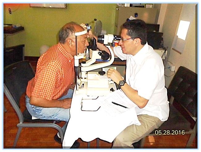 El Médico Ofalmólogo, Carlos Chinchilla, atiende al afiliado (98) German Galicia Cárdenas (jtp).